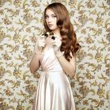 Portrait de jeune femme avec des jumelles Verticale de mode Images stock