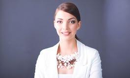 Portrait de jeune femme avec des perles, se tenant sur le fond gris Image libre de droits