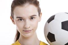Portrait de jeune femme avec du ballon de football sur le fond blanc Image libre de droits