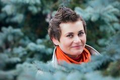 Portrait de jeune femme avec l'arbre de sapin image libre de droits
