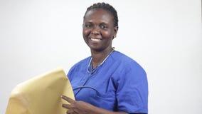 Portrait de jeune femme avec l'enveloppe, souriant clips vidéos
