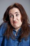Portrait de jeune femme avec l'expression du visage choquée Images stock