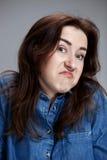 Portrait de jeune femme avec l'expression du visage choquée Photographie stock libre de droits