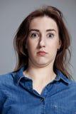 Portrait de jeune femme avec l'expression du visage choquée Photos libres de droits