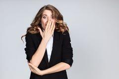 Portrait de jeune femme avec l'expression du visage choquée Images libres de droits