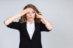 Portrait de jeune femme avec l'expression du visage choquée Image stock