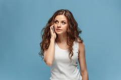 Portrait de jeune femme avec l'expression du visage choquée Photo stock