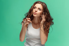 Portrait de jeune femme avec l'expression du visage choquée Photos stock