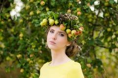 Portrait de jeune femme avec la guirlande photographie stock libre de droits