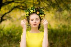 Portrait de jeune femme avec la guirlande sur la tête photographie stock libre de droits