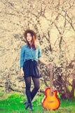Portrait de jeune femme avec la guitare Photo stock