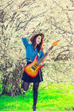 Portrait de jeune femme avec la guitare Photographie stock libre de droits