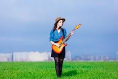 Portrait de jeune femme avec la guitare Photos libres de droits