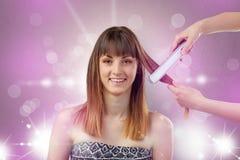 Portrait de jeune femme avec le concept rose brillant de salon image stock