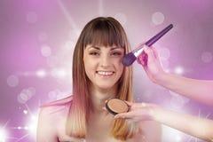 Portrait de jeune femme avec le concept rose brillant de salon photo libre de droits