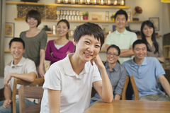 Portrait de jeune femme avec le groupe d'amis à un café Images libres de droits