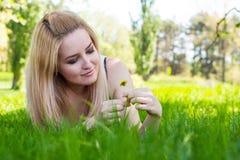 Portrait de jeune femme avec le lflower dans le bras Image stock