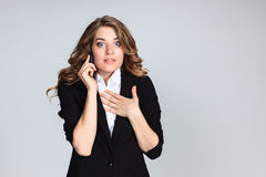 Portrait de jeune femme avec le téléphone Photo stock