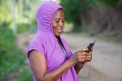 Portrait de jeune femme avec le t?l?phone image stock