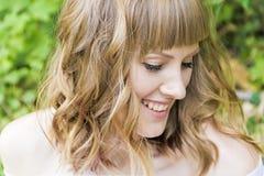 Portrait de jeune femme avec les cheveux blonds Photographie stock
