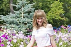 Portrait de jeune femme avec les cheveux blonds Photos stock