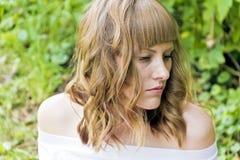 Portrait de jeune femme avec les cheveux blonds Photo stock