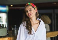 Portrait de jeune femme de beauté à une barre photos stock
