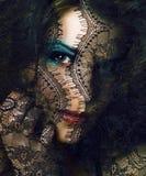 Portrait de jeune femme de beauté par la fin de dentelle vers le haut des valeurs maximales de concentration au poste de travail  images libres de droits