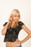 Portrait de jeune femme blonde avec les yeux fermés Photo libre de droits