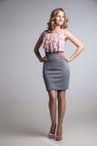 Portrait de jeune femme blonde d'une manière élégante habillée Photographie stock