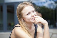 Portrait de jeune femme blonde dehors Images stock