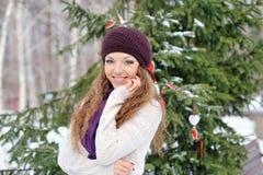 Portrait de jeune femme blonde en hiver Photos stock