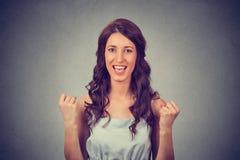 Portrait de jeune femme célébrant les poings de pompage de succès Photos libres de droits