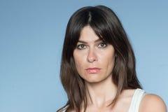 Portrait de jeune femme caucasienne avec de longs cheveux et Ba image stock