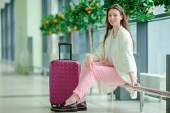 Portrait de jeune femme caucasienne un aéroport attendant ses avions Photos libres de droits