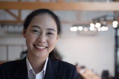Portrait de jeune femme d'affaires femme asiatique souriant à l'appareil-photo a photographie stock libre de droits