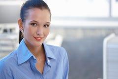 Portrait de jeune femme d'affaires attirante Photo stock