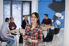 Portrait de jeune femme d'affaires au bureau avec l'équipe dans le backgrou image libre de droits
