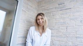 Portrait de jeune femme d'affaires européenne attirante sur le fond de mur de briques photographie stock libre de droits