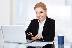 Portrait de jeune femme d'affaires heureuse photo stock