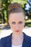 Portrait de jeune femme d'affaires Outside en parc Photos stock
