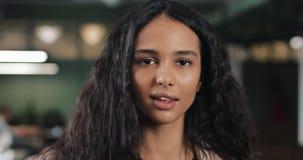 Portrait de jeune femme d'affaires réussie au bureau occupé Employé féminin bel regardant la caméra et le sourire banque de vidéos