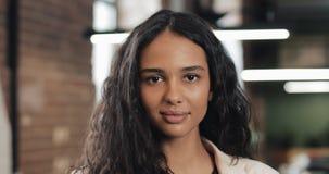 Portrait de jeune femme d'affaires réussie au bureau occupé Employé féminin bel regardant la caméra et le sourire clips vidéos