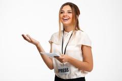 Portrait de jeune femme d'affaires réussie au-dessus du fond blanc Image libre de droits