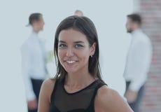 Portrait de jeune femme d'affaires sur le fond brouillé Photographie stock