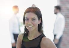 Portrait de jeune femme d'affaires sur le fond brouillé Image libre de droits