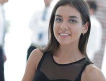 Portrait de jeune femme d'affaires sur le fond brouillé Photo stock
