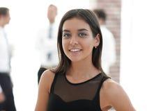 Portrait de jeune femme d'affaires sur le fond brouillé Photographie stock libre de droits