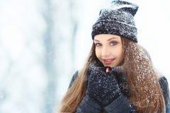 Portrait de jeune femme d'hiver Beauté Girl modèle joyeux riant et ayant l'amusement en parc d'hiver Belle jeune femme Photo stock
