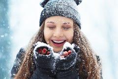 Portrait de jeune femme d'hiver Beauté Girl modèle joyeux riant et ayant l'amusement en parc d'hiver Belle jeune femme Photo libre de droits
